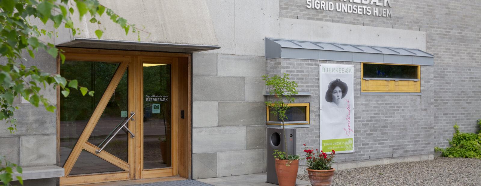 Hovedinngangen til publikumsbygget på Sigrid Undsets hjem Bjerkebæk.